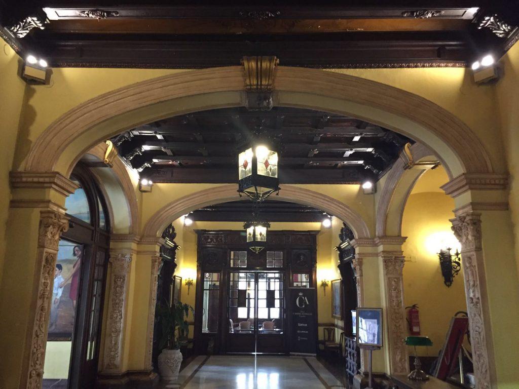 hall de entrada con nueva iluminación real casino antiguo